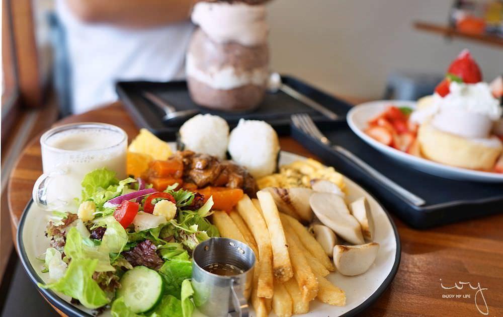 台中文青風早午餐雪冰王子,日式飯糰與限量草莓厚鬆餅配雪花冰