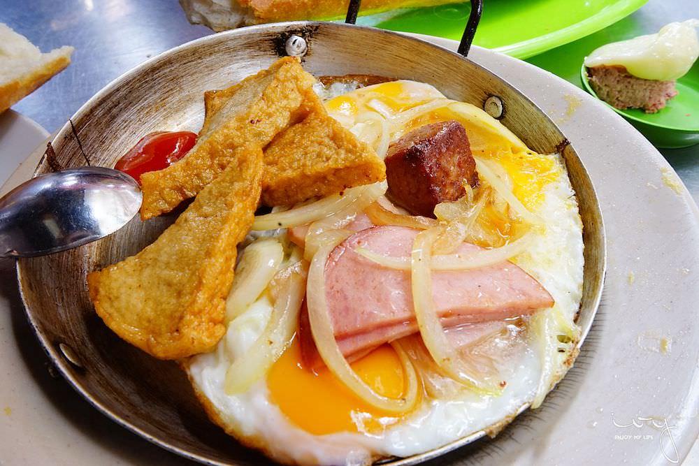Banh Mi Hoa Ma|越南胡志明市傳統路邊攤早餐店,人氣餐點雙蛋小鐵鍋和法國麵包!