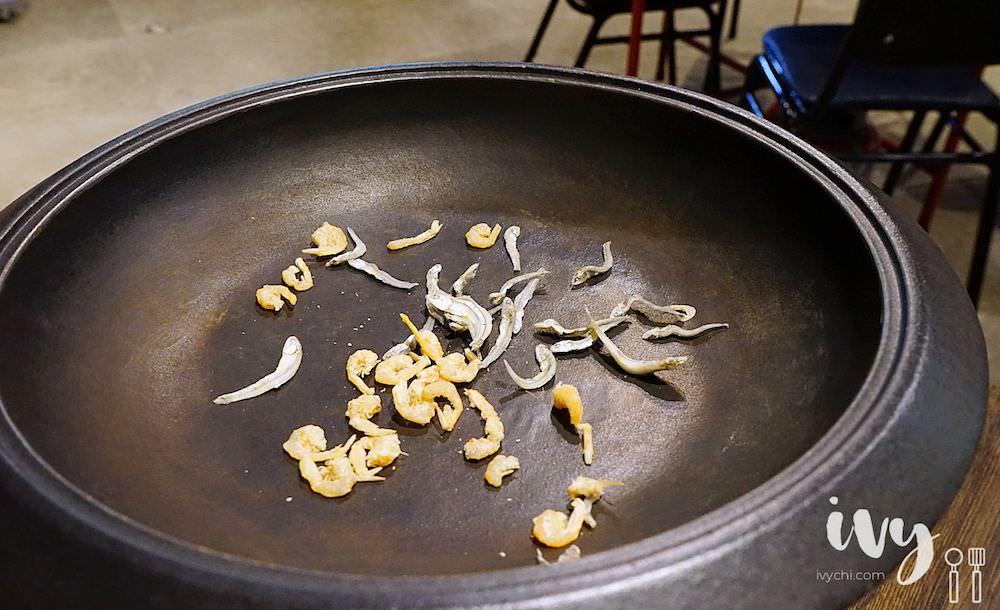 食藝石頭火鍋|古早味手炒麻油蝦米爆香火鍋湯底,肉品海鮮食材新鮮,多款青菜火鍋料自取,搭配老闆的獨門醬料就賀甲!