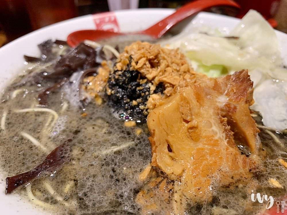 凪Nagi豚骨拉麵 台中老虎城 誰說拉麵湯頭只能乳白色,豔紅的辣椒、烏黑的芝麻、青綠的羅勒,挑戰你們的視覺與味蕾!