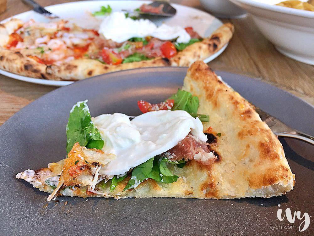 Pizza 4P's 越南胡志明人氣披薩店,現烤餅皮碰到乳白細緻的布拉塔起司球,口感佳但價格偏高!