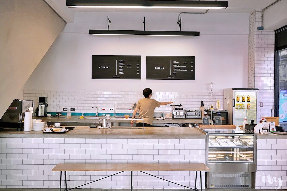Fleet Street 艦隊街咖啡 台中火車站旁結合書店的咖啡廳,提供不限時附插座空間,早上10點前點咖啡還送早餐一份!