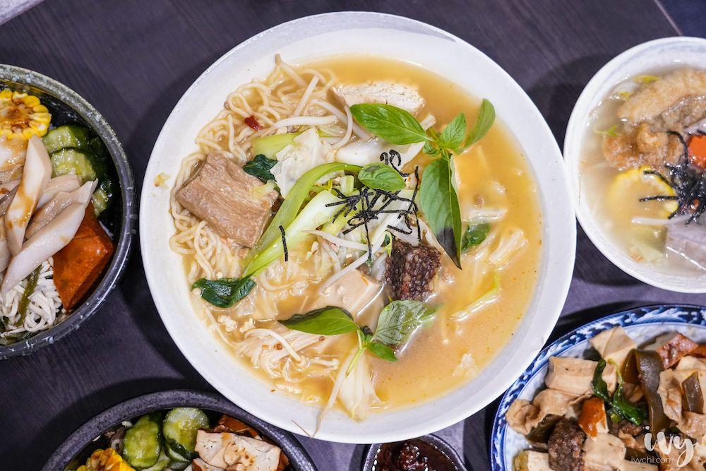 寒山居蔬食  台中北區永興街素食,料多澎湃的八寶臭豆腐麵,老饕必加特製辣椒醬,喜歡還可罐裝買回家~