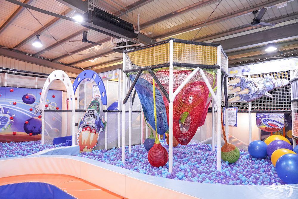 咱們小時ㄏㄡˋ |台中超人氣親子餐廳,雨天景點加上寬敞室內樂園、球池、滑梯、攀爬網,孩子玩到嗨!