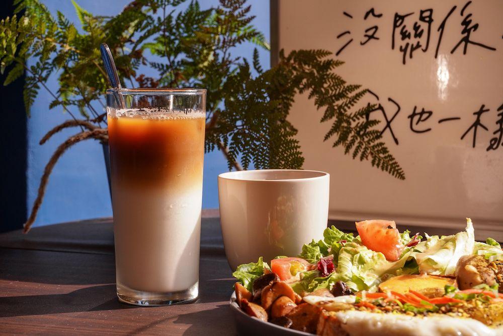 早捌 |台中柳帶水岸旁的文青早午餐咖啡廳,不限時附插座,還是寵物友善餐廳哦~