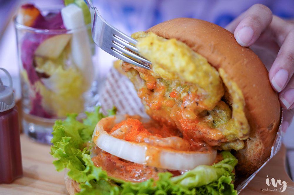 錨起來吃  台中北屯巷弄隱藏早午餐,漢堡夾入軟殼蟹+鮮蝦+明太子一咬就爆口!