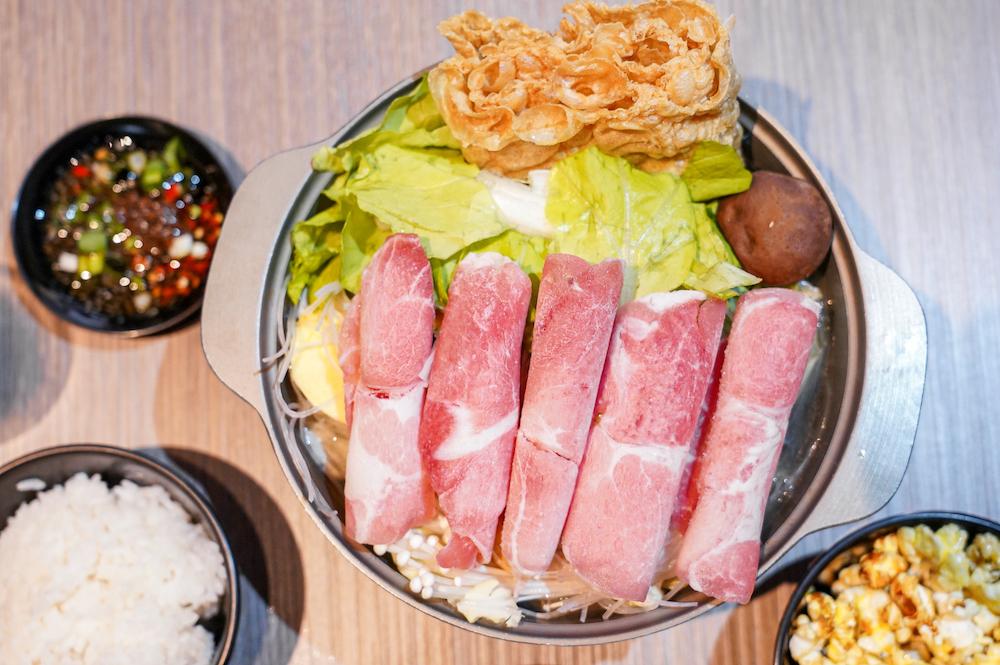 台中漢口路個人火鍋只要140元起,肉燥飯、飲料、冰淇淋吃到飽!必點白砂撈胡椒、牛奶起司湯底!玄壇鍋太妃
