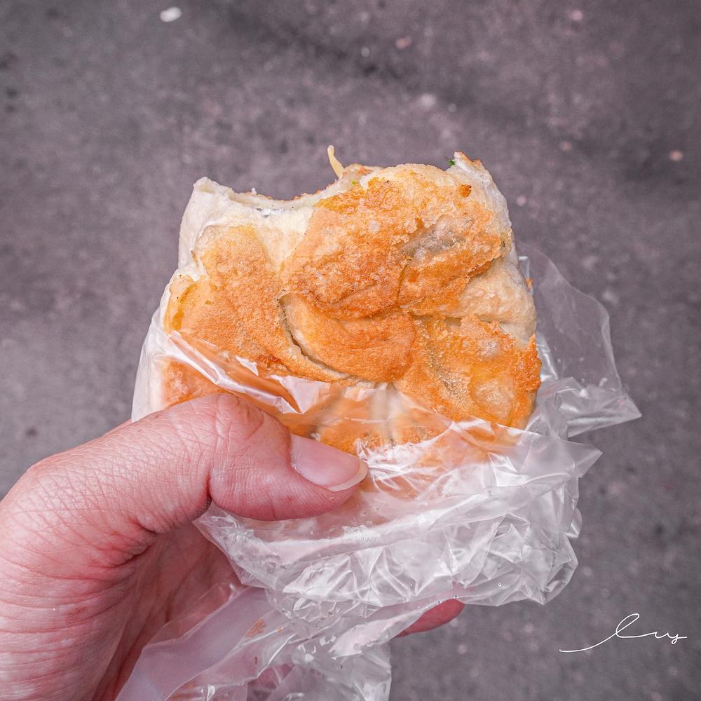 一品香水煎包 |台中大甲鎮瀾宮美食,食尚玩家必推小吃只要15元,薄皮水煎包、韭菜盒咬開大爆餡!