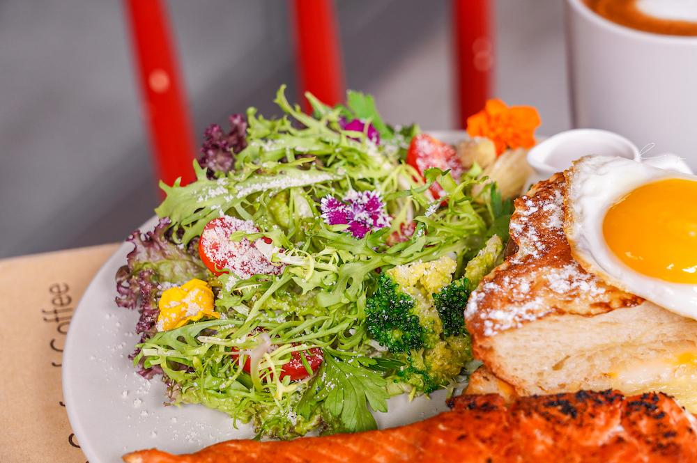 Emma's Cafe |台中運動餐廳套餐大升級!浮誇爆量早午餐盤和滿滿鮮蝦義大利麵,看球賽+用餐一次Get~
