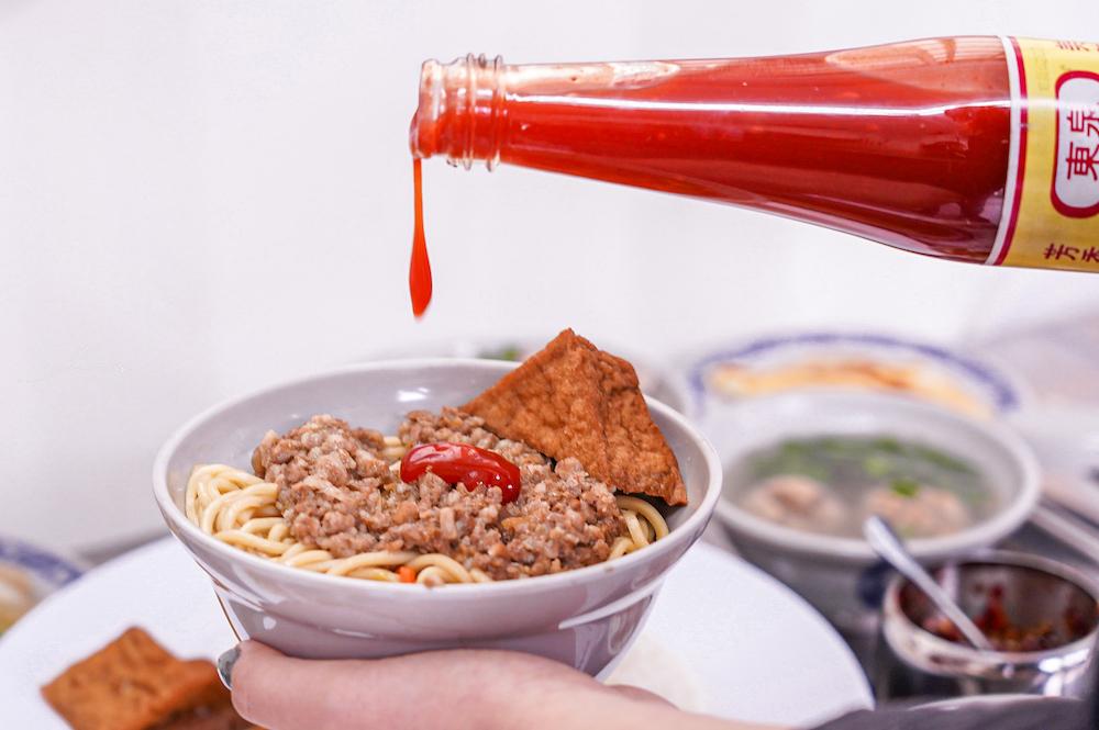 榮華炒麵 |台中北區榮華富櫃市集美食,必點魯肉燥飯30元、超值70元四菜便當,還必加自製小魚辣椒!