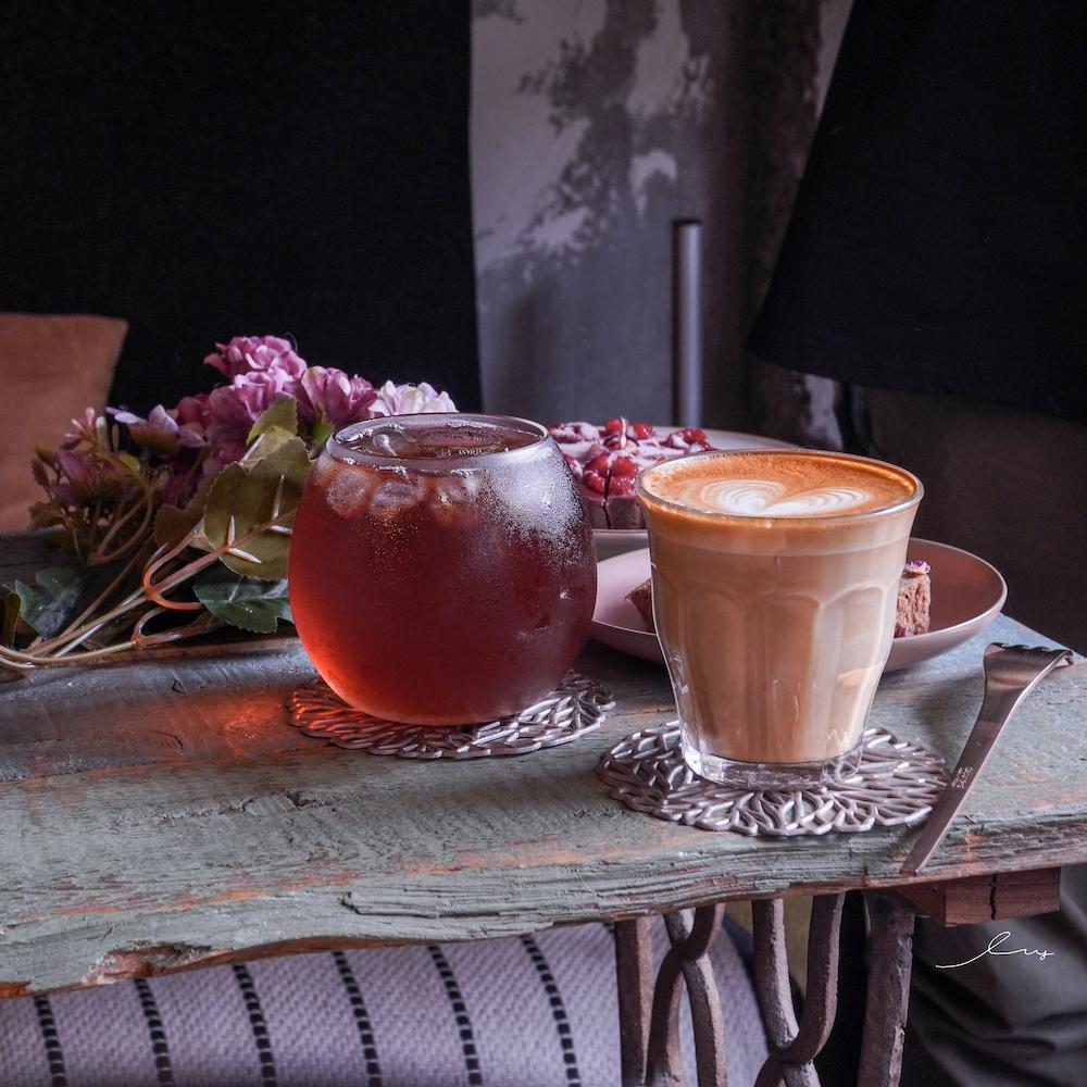 摩德年代台中店 Modism Cafe|台中北區復古老屋咖啡廳,內有貓咪陪吃手作甜點,來這喝下午茶超愜意!