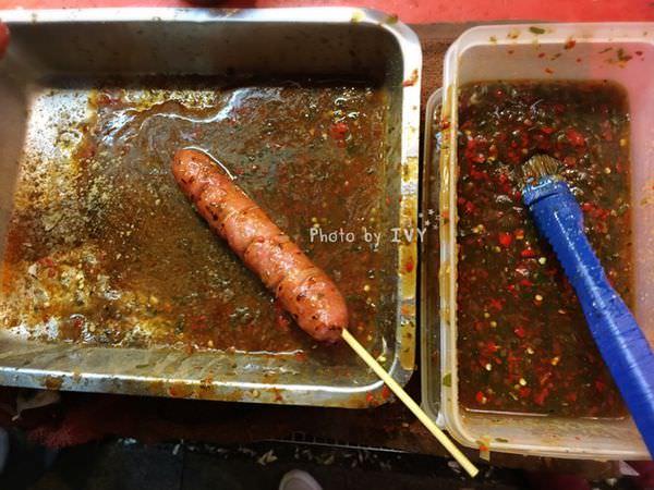 【新北烏來區】一根香腸一天內竟可以賣1000多支,多汁又香嫩的山豬肉香腸是烏來老街特有的小吃 || 雅各山豬肉香腸