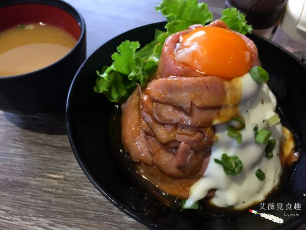 【台北公館】喜歡大口吃肉的捧油照過來!超犯規的玫瑰和牛肉片竟可以堆成山,每口都可以吃到牛肉鮮嫩可口的滋味 || 山丼