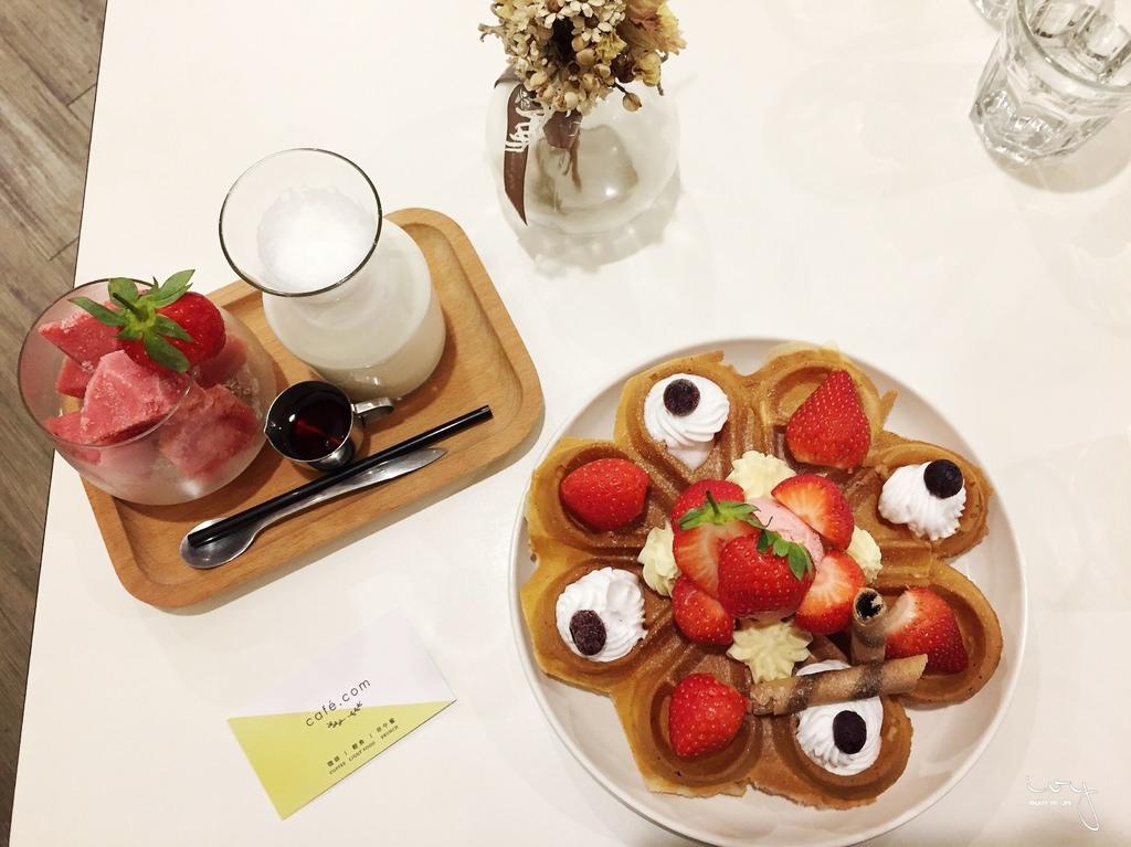 cafe.com 噠慷咖啡館| 台南北區早午餐咖啡廳推薦,韓國夢幻的油畫吐司和草莓季Q軟鬆餅,文青聚會的好所在!